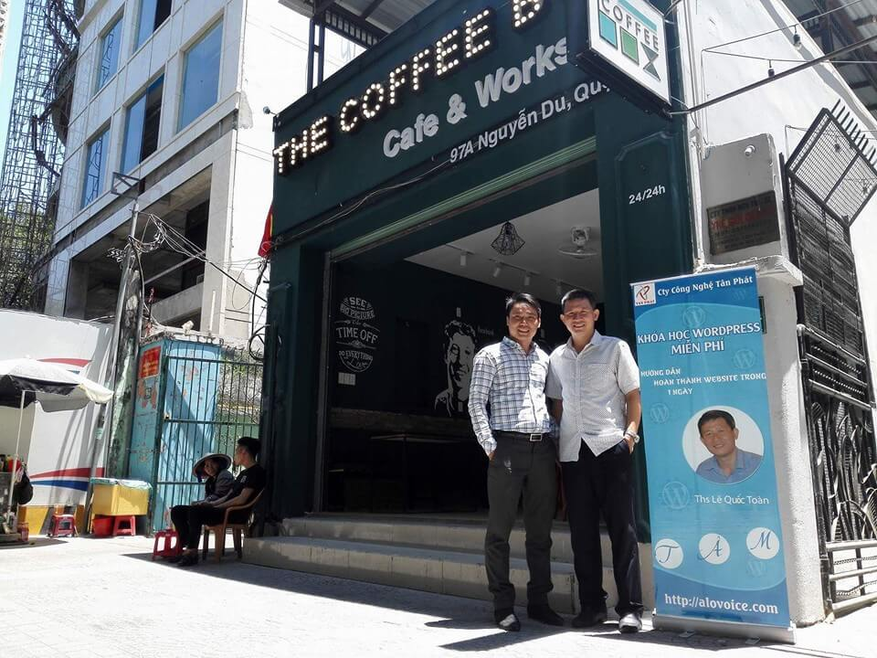 anh le quoc toan cunng anh tien chu ca phe the coffee box