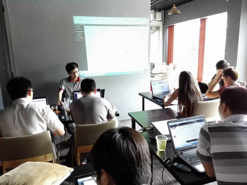Học viên cũ Nguyễn văn thiện đang hướng dẫn các bạn thực hành