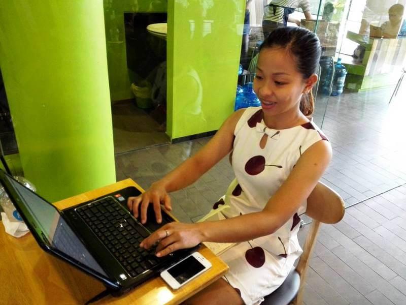 Cô gái xinh đẹp làm chủ website WordPress